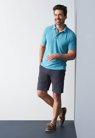 How to Wear Dark Brown Leather Boat Shoes: Make an aquamarine polo and charcoal shorts your outfit choice to achieve an interesting and modern-looking laid-back outfit. A pair of dark brown leather boat shoes is a smart option to complement your getup.