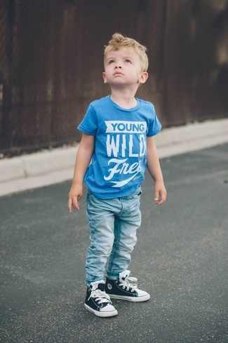 How to wear: aquamarine print t-shirt, light blue jeans, black sneakers