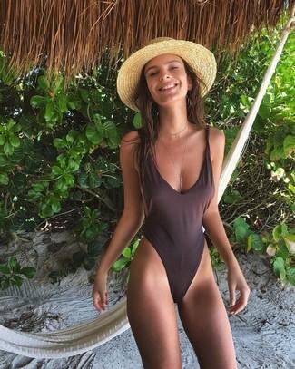 Cómo combinar: bañador en marrón oscuro, sombrero de paja marrón claro