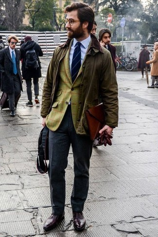 How to Wear Charcoal Dress Pants For Men: Marrying an olive barn jacket and charcoal dress pants is a surefire way to inject personality into your day-to-day repertoire. A pair of burgundy leather oxford shoes effortlessly ramps up the classy factor of any getup.