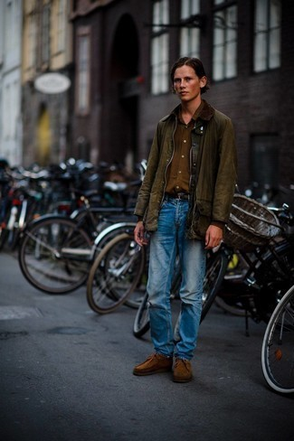 Olive Barn Jacket Outfits: An olive barn jacket looks so great when married with blue jeans. Brown suede desert boots are a good option to complement your look.