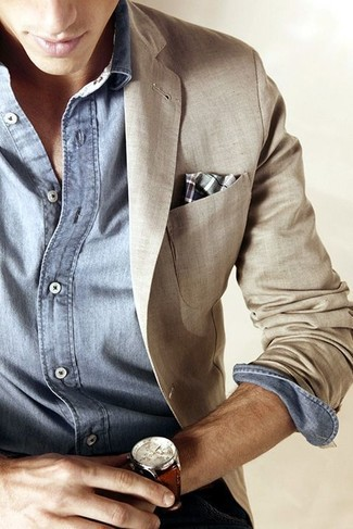 A beige linen blazer and a light blue chambray long sleeve shirt combined together are a sartorial dream for those who prefer sophisticated looks.