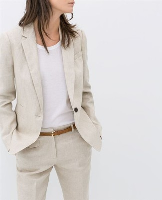 How to Wear a Beige Linen Blazer For Women: A beige linen blazer and beige linen dress pants are among the foundations of a functional wardrobe.