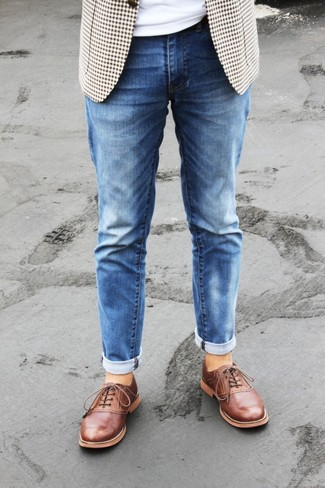 How to Wear a Beige Gingham Blazer For Men: Pairing a beige gingham blazer with blue jeans is a wonderful idea for a cool and casual outfit. If you feel like dialing it up, add a pair of tobacco leather oxford shoes to the mix.