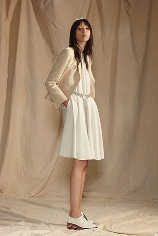 White Swing Dress Outfits: A white swing dress and a beige blazer? It's easily a wearable outfit that you can wear on a daily basis. A pair of white leather oxford shoes can integrate perfectly within many combinations.