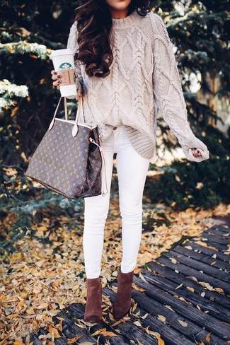 How to wear: beige cable sweater, white skinny jeans, brown suede ankle boots, dark brown print leather tote bag