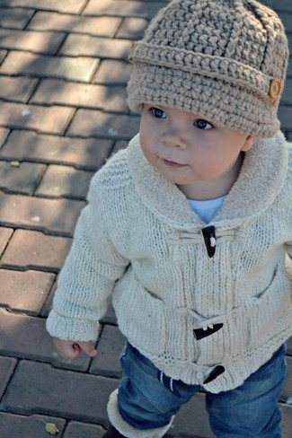 How to wear: beige cardigan, light blue t-shirt, blue jeans, beige beanie