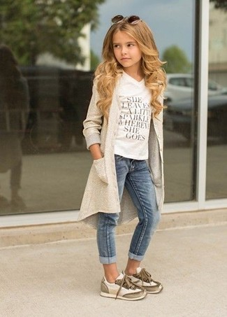 How to wear: beige cardigan, white print t-shirt, blue jeans, beige sneakers