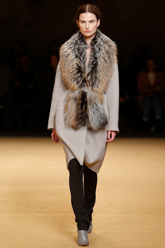 How to wear: beige coat, dark brown skinny pants, grey leather ankle boots, brown fur scarf