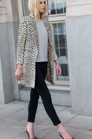 If you feel more confident wearing something comfortable, you're bound to fall in love with this totally chic combination of a nude animal fur coat and black slim jeans. Black leather pumps look amazing here. When it's one of those dreary autumn days, what better to cheer it up than a cute ensemble like this one?