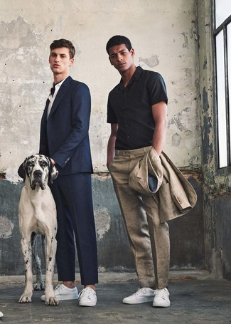 How to wear: beige linen suit, black short sleeve shirt, white leather low top sneakers