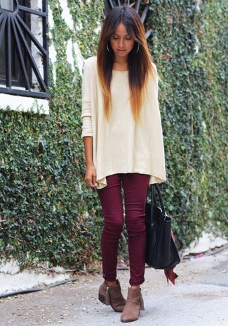 How to wear: beige oversized sweater, burgundy skinny jeans, brown suede ankle boots, black leather tote bag
