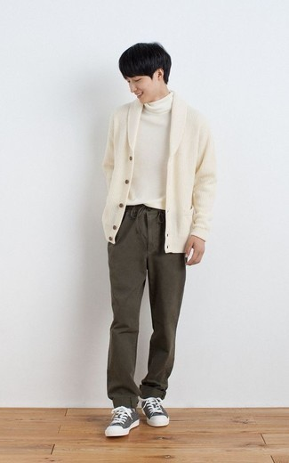 Olive Chinos Outfits: A beige shawl cardigan and olive chinos are an easy way to introduce an air of masculine refinement into your current casual wardrobe. Got bored with this getup? Introduce a pair of grey canvas low top sneakers to spice things up.
