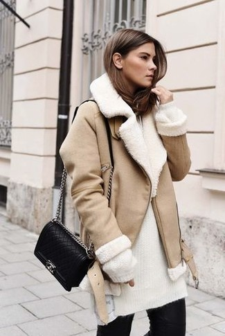 How to Wear a Beige Shearling Jacket For Women: If you like relaxed dressing, opt for a beige shearling jacket and black skinny jeans.