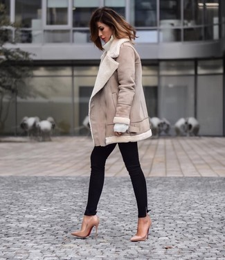 How to Wear a Beige Shearling Jacket For Women: A beige shearling jacket and black skinny jeans are a wonderful combo to add to your casual routine. For something more on the sophisticated end to complement this ensemble, add tan leather pumps to the equation.