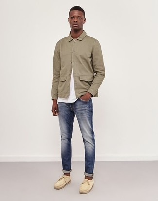 How to wear: beige shirt jacket, white crew-neck t-shirt, navy jeans, beige suede boat shoes