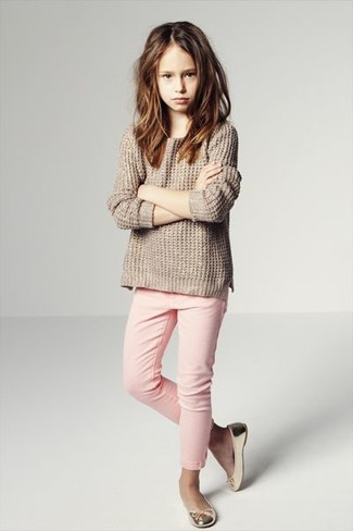 How to wear: beige sweater, pink jeans, gold ballet flats
