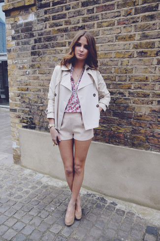 This combination of a beige trenchcoat and Rag & Bone women's Ashbury Cotton And Linen Blend Shorts is effortless, totally stylish and oh-so-easy to imitate! A pair of tan suede wedge pumps will be a stylish addition to your outfit. Keep the autumn blues at bay in a cool getup like this one.