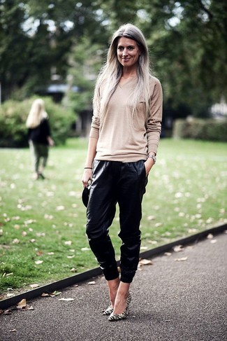 Wear a beige v-neck jumper with black leather track pants for a casual-cool vibe. Spruce up this getup with green-yellow leather pumps. You can be sure this ensemble is ideal for fluctuating fall weather.