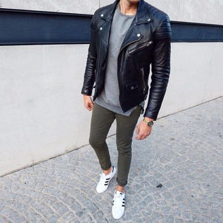 How to Wear Olive Chinos In Your 20s: For a casual ensemble with a fashionable spin, you can dress in a black leather biker jacket and olive chinos. Our favorite of a countless number of ways to finish this ensemble is a pair of white and black leather low top sneakers.