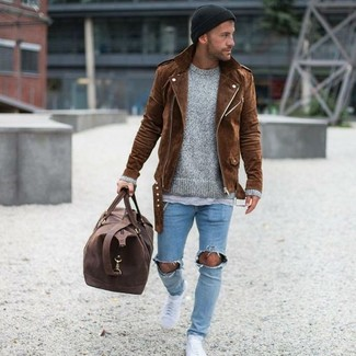 A brown suede biker jacket and a black beanie is a savvy combination to add to your styling repertoire. For footwear, rock a pair of white low top sneakers. We promise this ensemble is the just the remedy to bleak autumn weather.