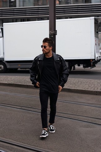Black Skinny Jeans with Black Leather Biker Jacket Outfits For Men: A black leather biker jacket and black skinny jeans are a bold casual combo that every fashionable guy should have in his casual sartorial arsenal. For a modern hi/low mix, go for black and white canvas low top sneakers.