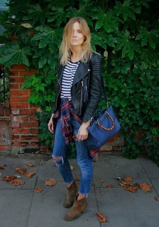 A black quilted leather motorcycle jacket and blue distressed skinny jeans are a perfect pairing to be utilised at the weekend. To add oomph to your outfit, complete with brown suede ankle boots. As the temperatures get lower, you'll see that an ensemble like this is perfect for this time.