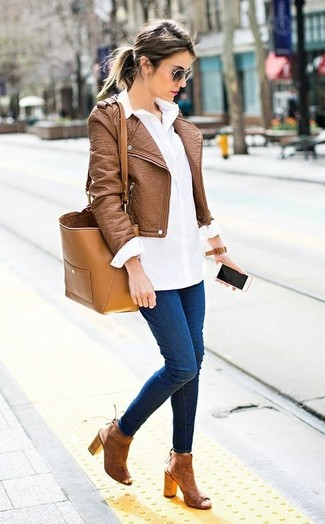 How to wear: brown leather biker jacket, white dress shirt, navy skinny jeans, brown cutout suede ankle boots