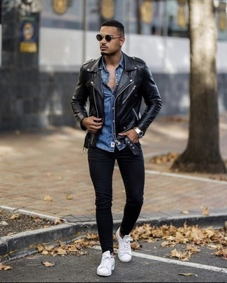 Blue Denim Short Sleeve Shirt Outfits For Men: This is definitive proof that a blue denim short sleeve shirt and black skinny jeans look awesome when matched together in a bold casual ensemble. When in doubt about the footwear, go with white leather low top sneakers.