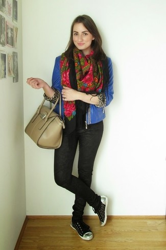 How to wear: blue leather biker jacket, black print skinny jeans, black low top sneakers, beige leather satchel bag