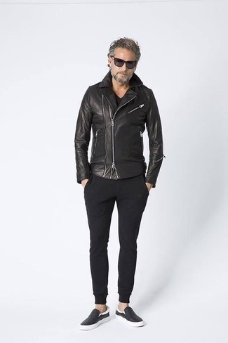 How to Wear a Black V-neck T-shirt Casually For Men: A black v-neck t-shirt and black sweatpants are a good combination to rock at the weekend. Black leather slip-on sneakers are an effortless way to inject an added touch of refinement into your look.