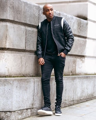 Black Crew-neck T-shirt Outfits For Men: When comfort is key, this pairing of a black crew-neck t-shirt and black skinny jeans is always a winner. Go ahead and introduce charcoal leather low top sneakers to your getup for a hint of refinement.