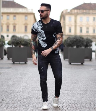 How to wear: black and white print crew-neck t-shirt, black skinny jeans, white leather low top sneakers, black sunglasses