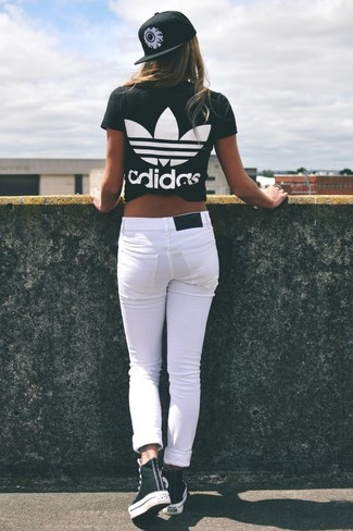 How to wear: black and white print crew-neck t-shirt, white skinny jeans, black and white high top sneakers, black and white print cap
