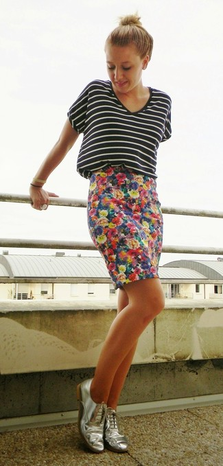 Let everyone know that you know a thing or two about style in a black and white horizontal striped v-neck tee and a navy blue floral pencil skirt. Silver leather oxford shoes will bring a classic aesthetic to the ensemble.