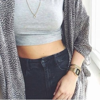 Pairing a silver cropped top with black skinny jeans is a comfortable option for running errands in the city. Perfect for warm weather, this ensemble will gain quite a few likes on the 'gram too.