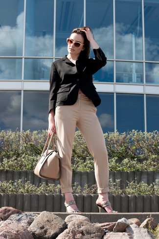 Effortlessly blurring the line between chic and casual, this combination of a black blazer and beige trousers is likely to become one of your favorites. Spruce up your outfit with beige leather mules. So if it's a hot summertime day and you want to look seriously stylish without putting too much effort, this look will do the job in no time.