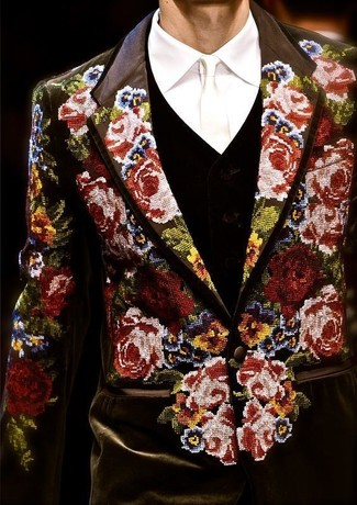 This combo of a black v-neck sweater and a black floral blazer is perfect for a night out or smart-casual occasions. There's no nicer way to spice up a dull fall day than a cool ensemble like this one. (Ok, maybe there are a couple.)