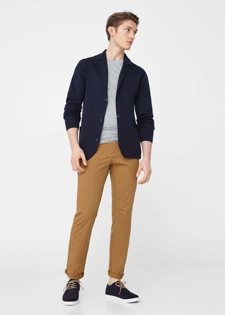 Consider wearing a black knit blazer and Emerica men's Reynolds Straight Chino Pant if you're going for a neat, stylish look. Take your getup into a sportier direction with black plimsolls. What an excellent choice for hot weather!