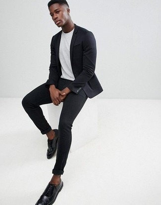 How to Wear a Crew-neck T-shirt For Men: Marry a crew-neck t-shirt with black skinny jeans to pull together an interesting and modern-looking relaxed casual outfit. Complete your getup with black leather derby shoes for a sense of refinement.