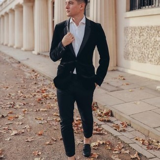 Driving Shoes Outfits For Men: A black velvet blazer and black chinos are the ideal way to infuse extra class into your current casual repertoire. Tone down the dressiness of your look by slipping into driving shoes.