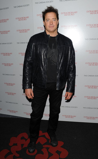 How to wear: black leather bomber jacket, black print crew-neck t-shirt, black jeans, black leather low top sneakers