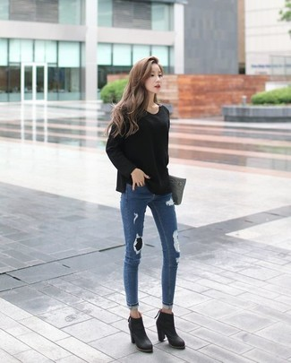 How to wear: black crew-neck sweater, blue ripped skinny jeans, black leather ankle boots, grey leather clutch