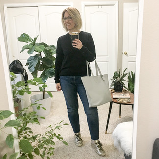 How to Wear a Black Crew-neck Sweater After 40 For Women: This is definitive proof that a black crew-neck sweater and navy boyfriend jeans look awesome when you team them together in an off-duty look. If in doubt as to the footwear, stick to a pair of silver leather low top sneakers.