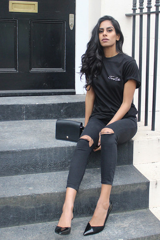 How to wear: black crew-neck t-shirt, black ripped skinny jeans, black leather pumps, black leather crossbody bag