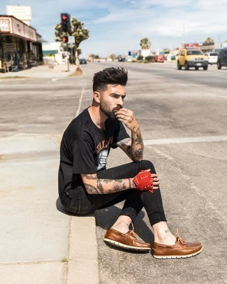 Boat Shoes Outfits: This off-duty pairing of a black print crew-neck t-shirt and black skinny jeans is a lifesaver when you need to look stylish in a flash. Want to break out of the mold? Then why not introduce boat shoes to the equation?