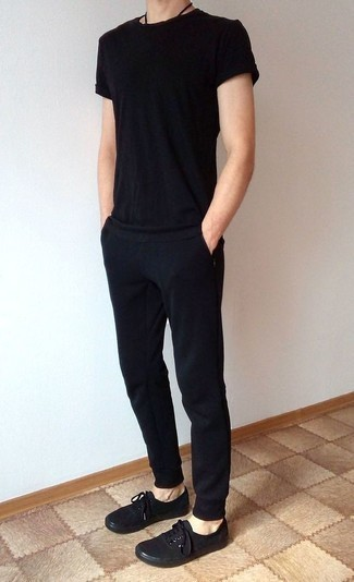 How to Wear Black Sweatpants In Hot Weather In a Relaxed Way For Men: This off-duty pairing of a black crew-neck t-shirt and black sweatpants is a real life saver when you need to look good in a flash. Add a pair of black canvas low top sneakers to your look to instantly switch up the look.