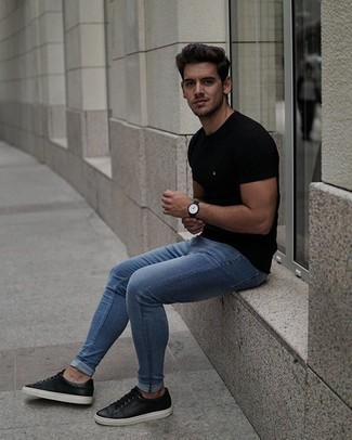Men's Outfits 2020: Combining a black crew-neck t-shirt with blue skinny jeans is a good idea for a casual yet stylish outfit. Why not take a classic approach with footwear and complete this getup with black leather low top sneakers?