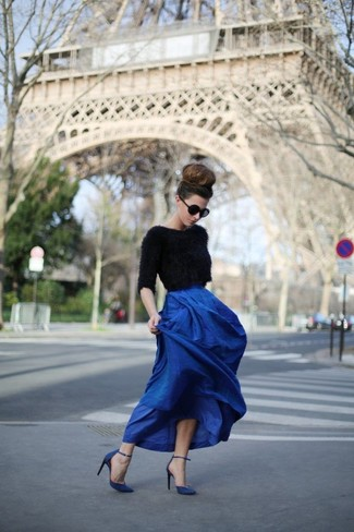 Pairing a black textured cropped sweater with a blue pleated maxi skirt is a comfortable option for running errands in the city. Let's make a bit more effort now and go for a pair of navy blue leather pumps.