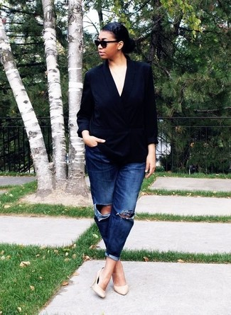 How to Wear Beige Leather Pumps: If you're obsessed with relaxed dressing when it comes to your personal style, you'll love this cute pairing of a black silk double breasted blazer and navy ripped boyfriend jeans. Don't know how to finish off? Add a pair of beige leather pumps to the equation to rev up the glam factor.